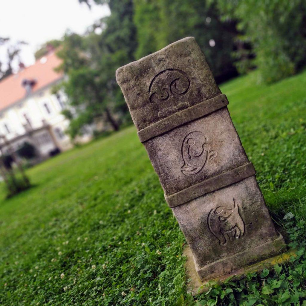 Pomníček pro Dášeňku u Památníku Karla Čapka ve Staré Huti u Dobříše